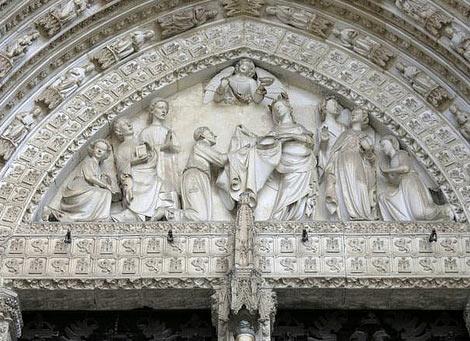 Grupo escultórico en la portada de la Catedral de Toledo, con la imposición de la Casulla a San Ildefonso