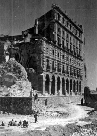 Fachada sur del Alcázar de Toledo, tras el asedio del 36