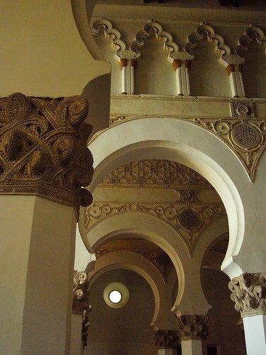 Arcos de herradura en el interior de la sinagoga