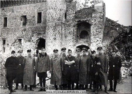 Varios soldados Alemanes, Españoles e Italianos en las ruinas del Alcázar de Toledo