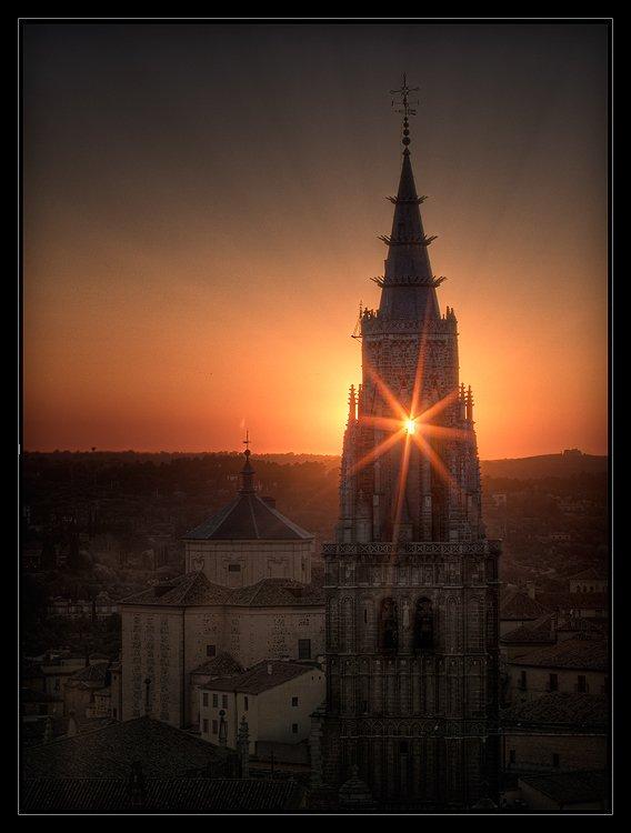 Sol entre campanas de la Catedral de Toledo