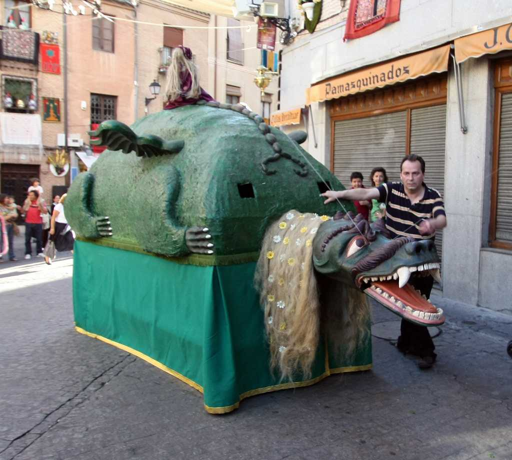 La Tarasca de Toledo, en el desfile pre-Corpus 2009