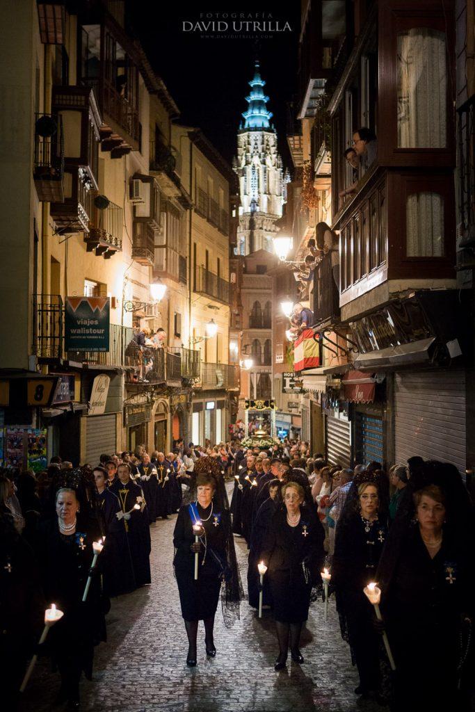 Una procesión de Semana Santa por la Calle Comercio de Toledo. Foto: David Utrilla