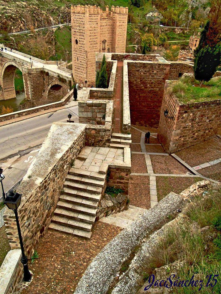 Foto: sobre la Puerta de Alcántara y muralla de Jacinto Sánchez