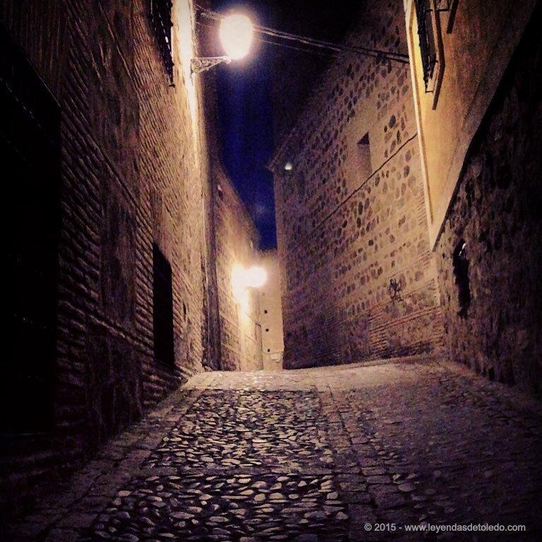 Calle misteriosa en Toledo. Sólo en Toledo