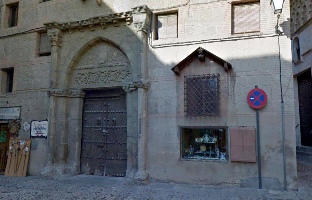 Portada gótica en la calle de la Ciudad