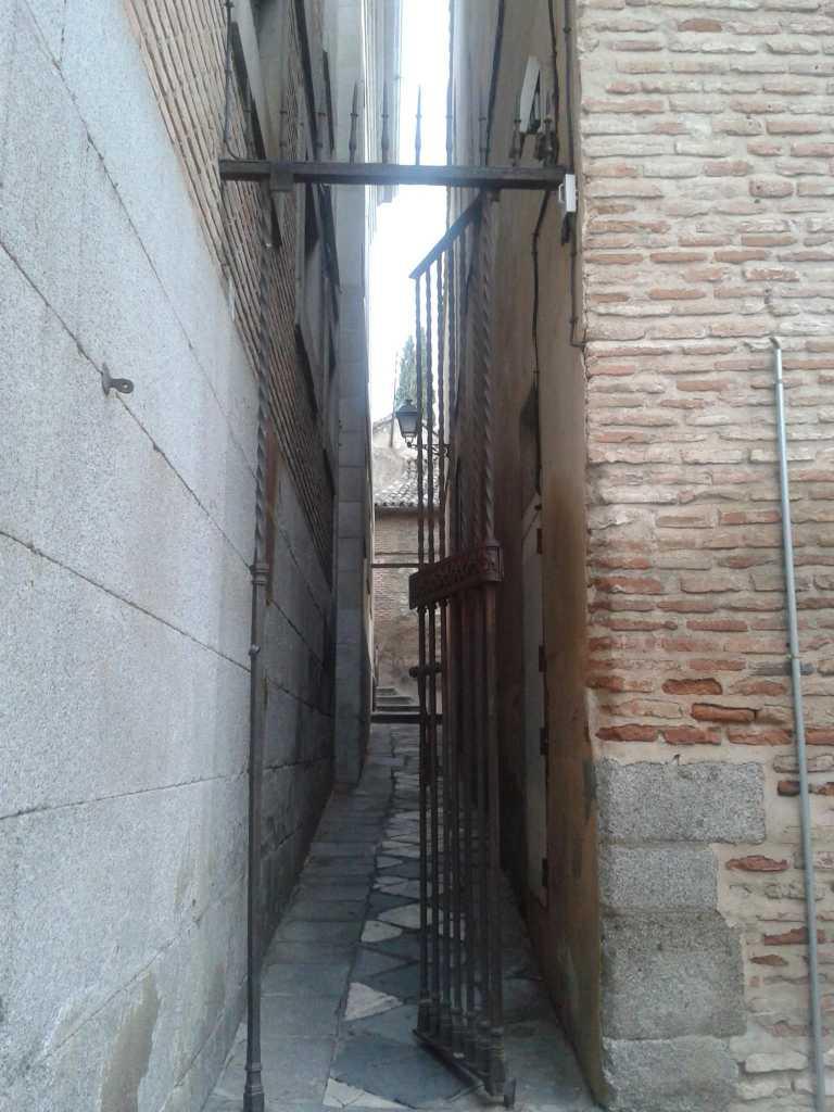 Esta Calle es de Toledo - Callejón estrecho en Toledo