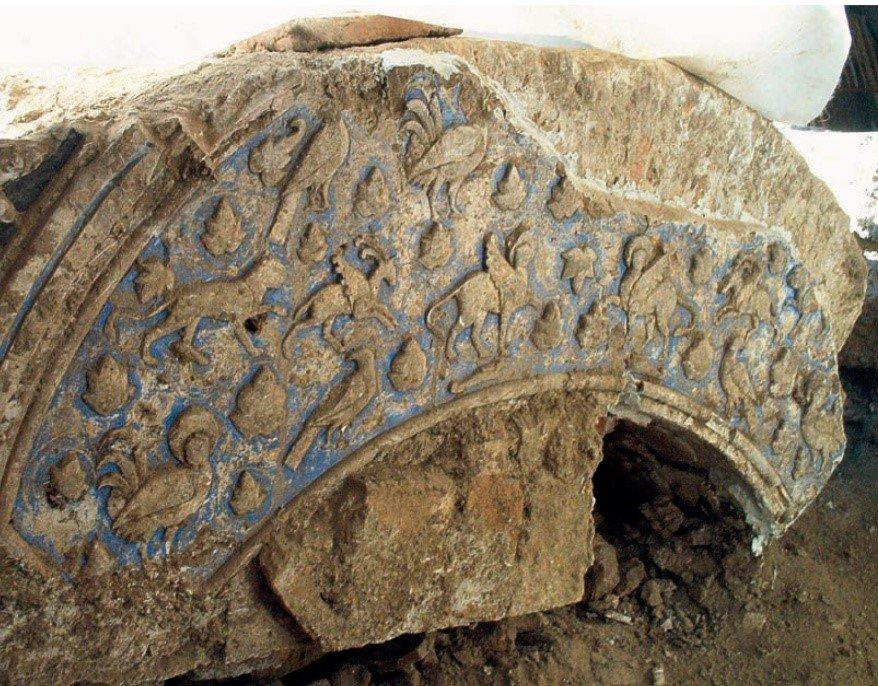 Impresionante arco de ladrillos decorado con yeserías aparecido en las últimas intervenciones arqueológicas en el convento de Santa Fe