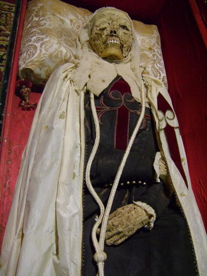 Imagen de la momia de doña Sancha Alfonso, cuando fue abierto su sepulcro en 2008 con motivo del IV centenario de la llegada de su cuerpo a Toledo.