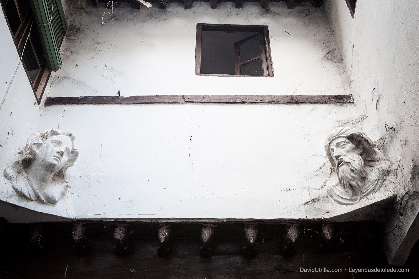 Patio de las Cabezas, en una casa abandonada