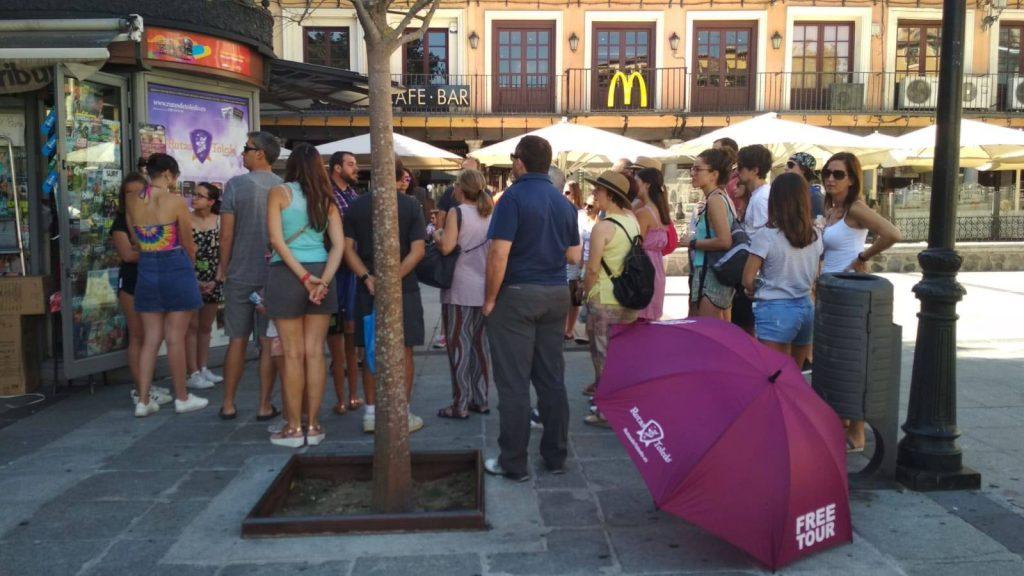 Guía de turismo iniciando un Free Tour en la Plaza de Zocodover con Rutas de Toledo