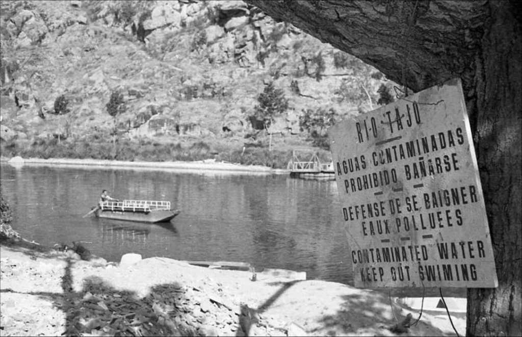 El Tajo, no apto para el baño. Foto publicada en la web del Archivo Municipal de Toledo por Rafael del Cerro Malagón.