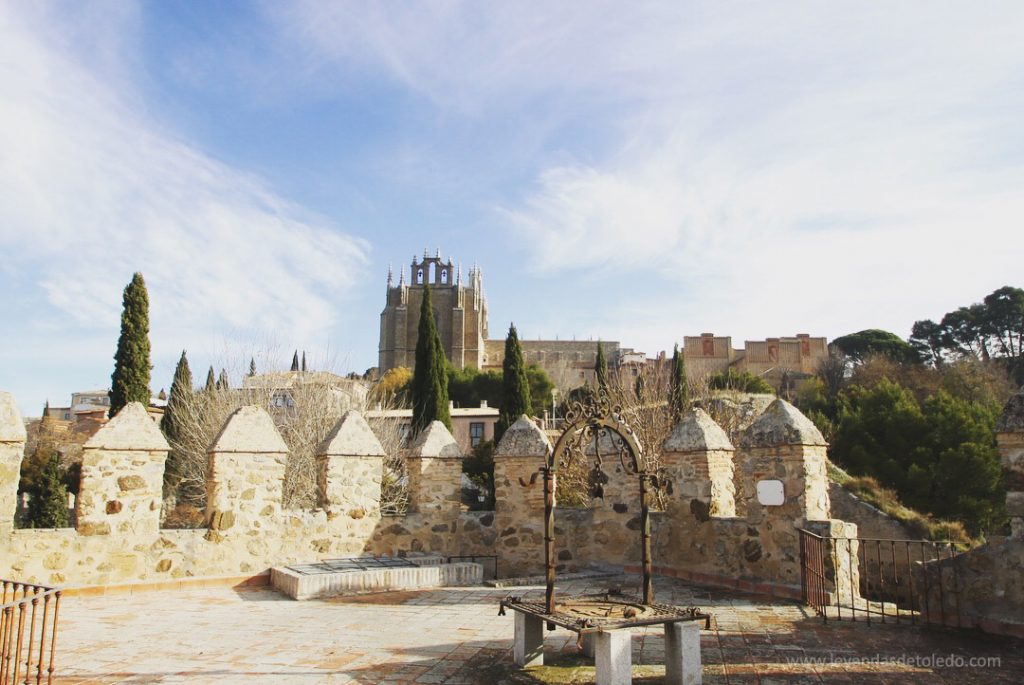 Vista de San Juan de los Reyes desde el Puente de San Martín en Toledo