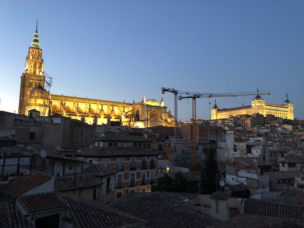 Toledo al anochecer desde una terraza