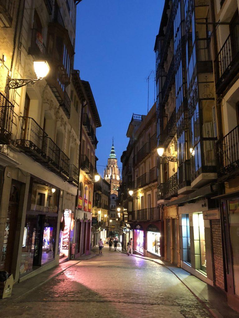 Calle Comercio de Toledo, por la noche