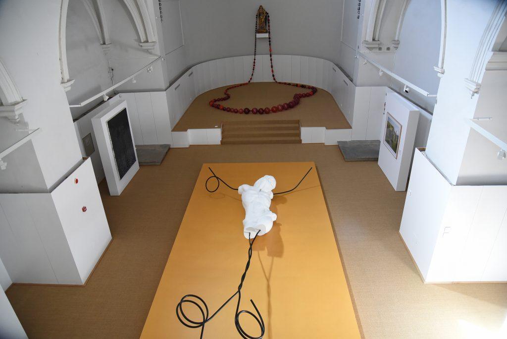 Cristo de nueve metros de Nino Longobardi que comparte ubicación con un rosario de María Roosen