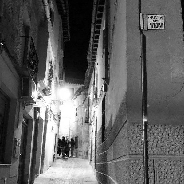 Ruta nocturna por el Callejón del Infierno en Toledo