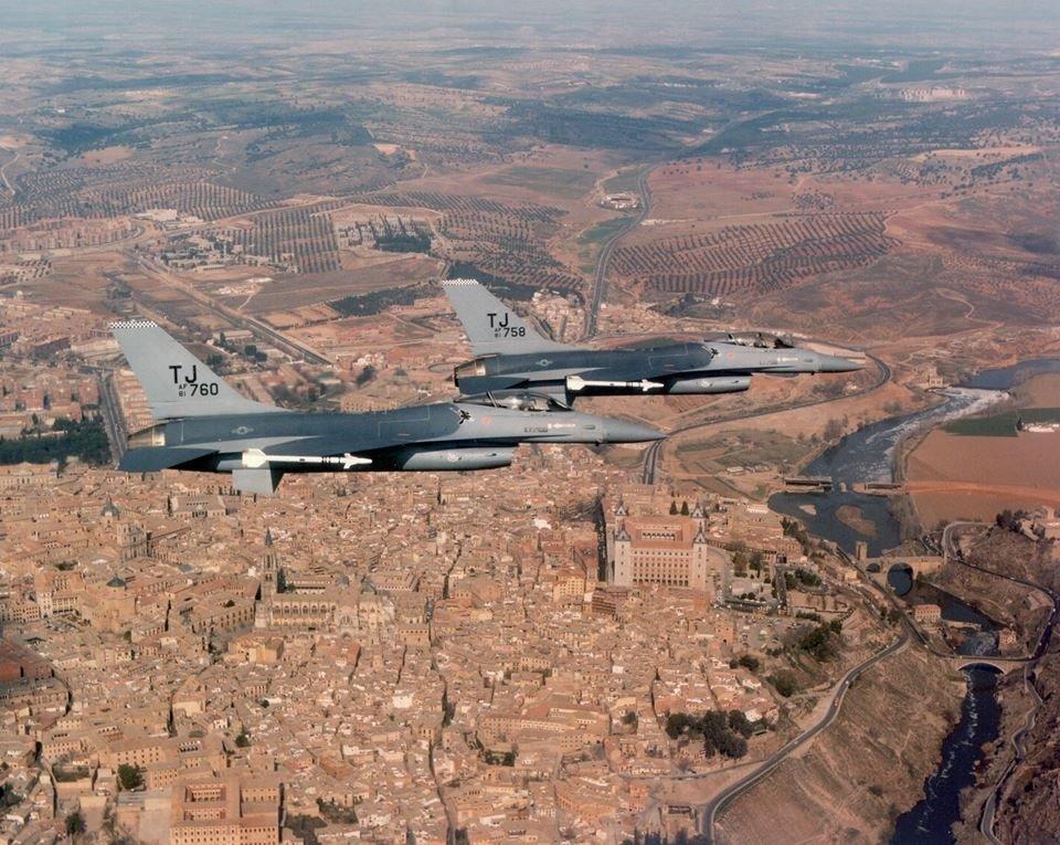 Dos aviones F16 de la USAF sobrevuelan Toledo hacia 1983. Fuente desconocida.