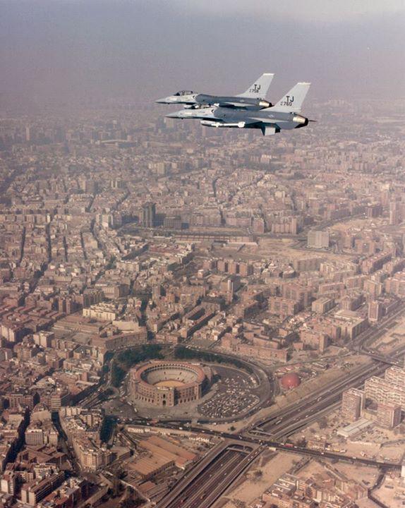 F16 USAF sobrevolando Madrid (montaje)