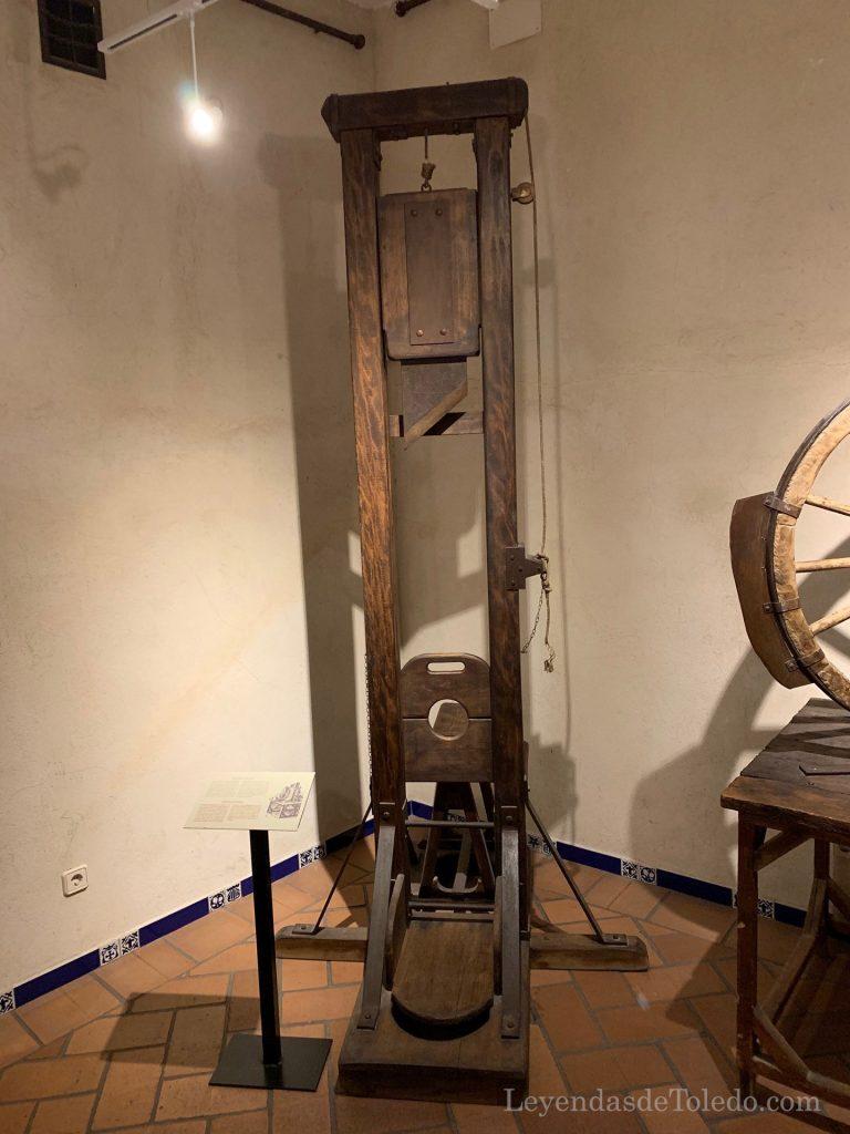 Guillotina en la exposición de instrumentos de tortura de Toledo