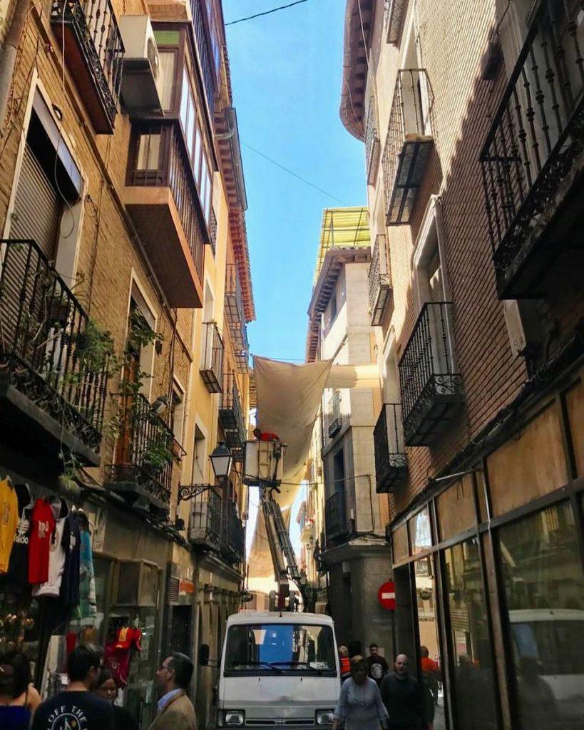 Instalación de los toldos del Corpus 2019 en la calle Hombre de Palo de Toledo