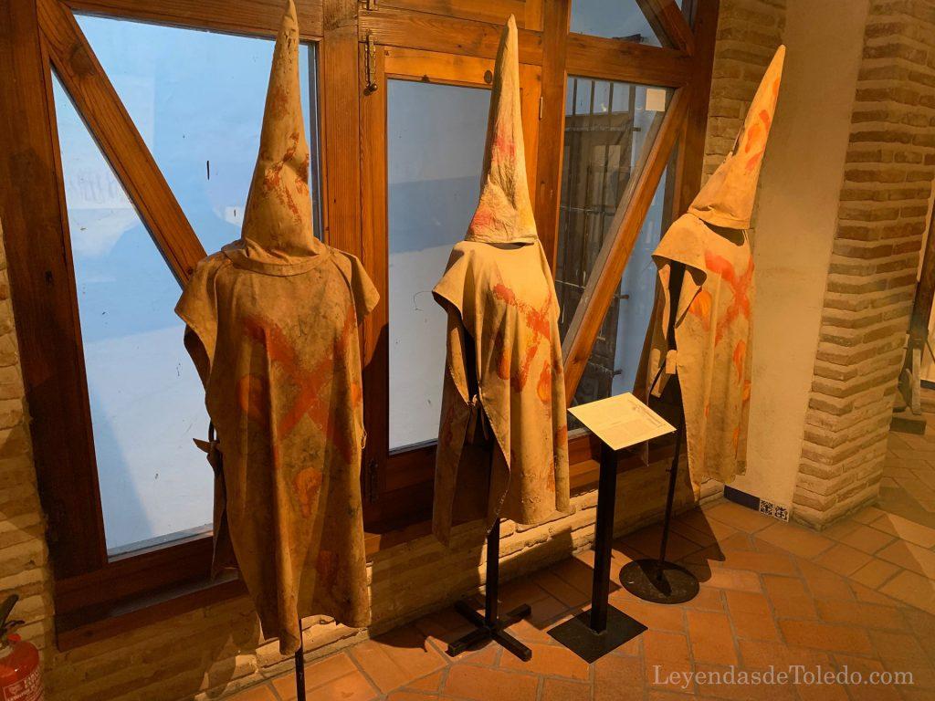 Sambenitos en la exposición de instrumentos de Tortura en Toledo