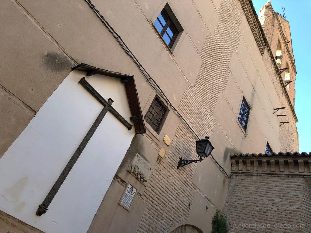 Cruz de madera y placa en recuerdo de Bécquer en la plaza de Santo Domingo el Real de Toledo