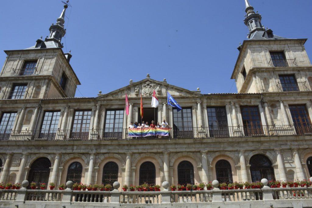 La bandera del Orgullo en el balcón del Ayuntamiento de Toledo. Fuente: Excmo. Ayuntamiento de Toledo