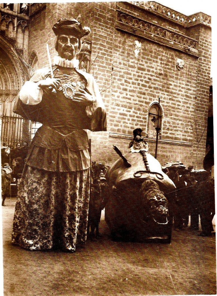 Gigantones y Tarasca en febrero de 1924, el día de la creación de la Cofradía de Nuestra Señora del Sagrario. Fotografía de D. Pedro Román Martínez