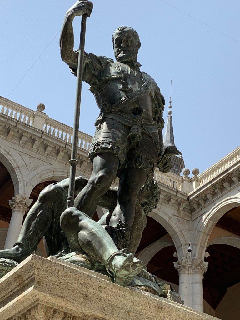 """Escultura """"Emperador Carlos V y el Furor"""" en el patio del Alcázar de Toledo"""