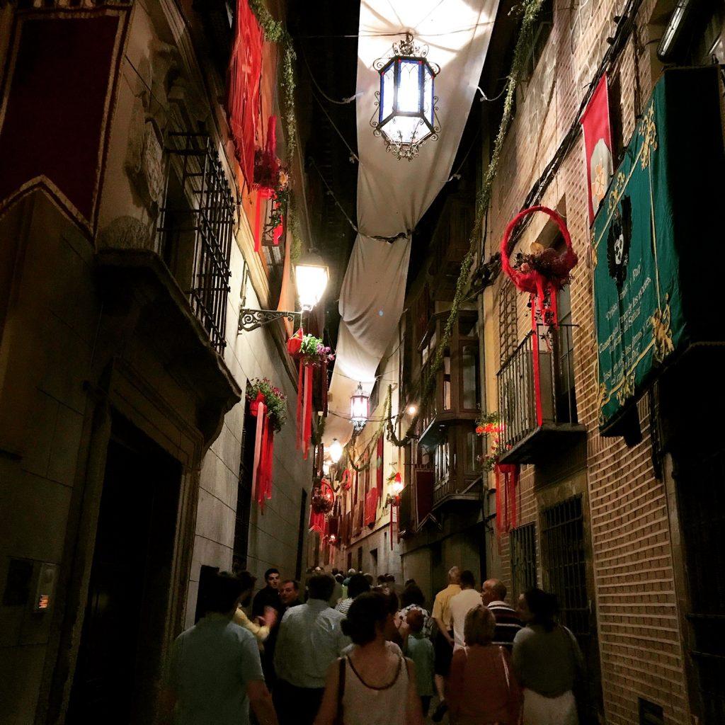 Calle Alfileritos, una noche de Corpus en Toledo