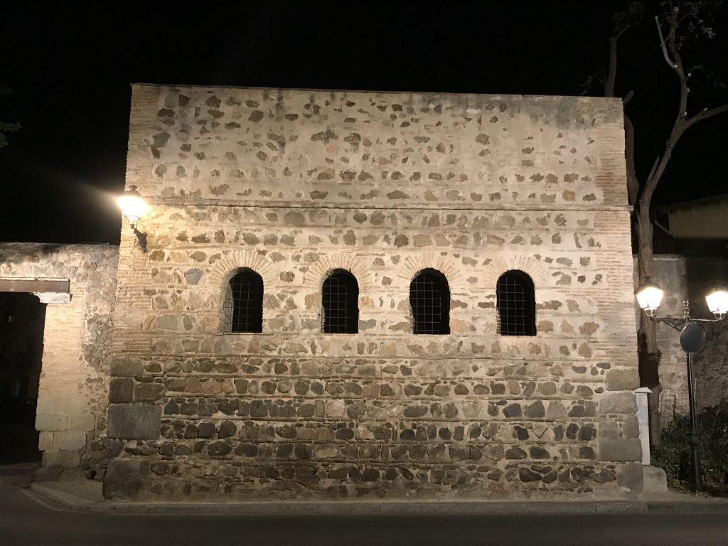 Vista nocturna de la parte superior de la puerta del Vado