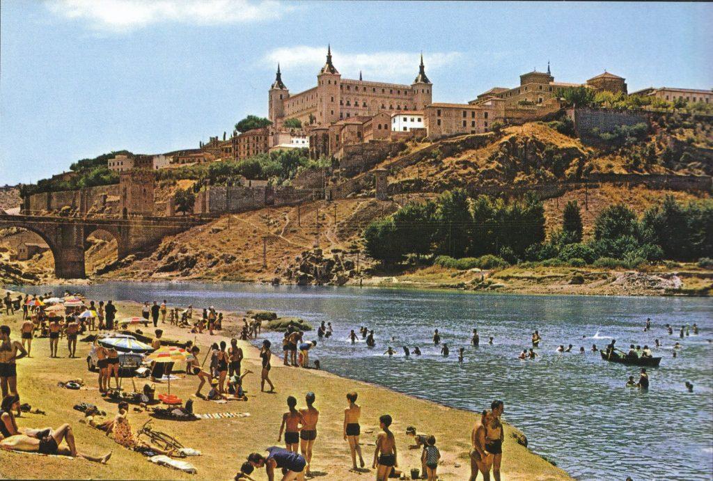 Bañistas en la Playa de Safont bañándose en el río Tajo en Toledo en los años 60. Foto Arribas