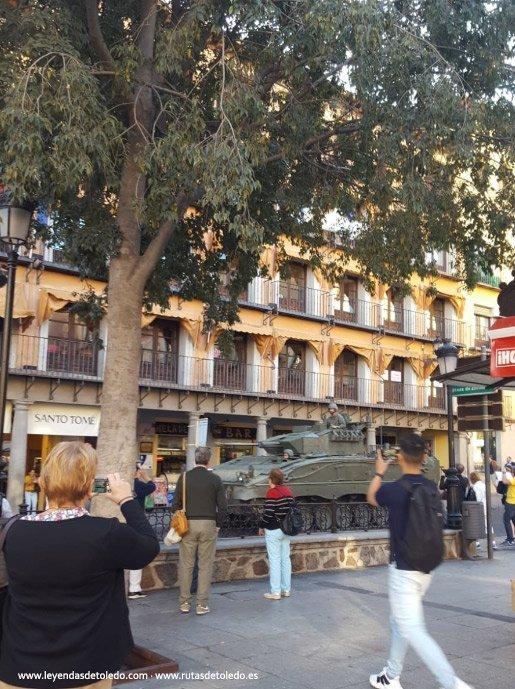 Un blindado del Regimiento de Infantería Acorazada «Alcázar de Toledo» pasando esta mañana por Zocodover