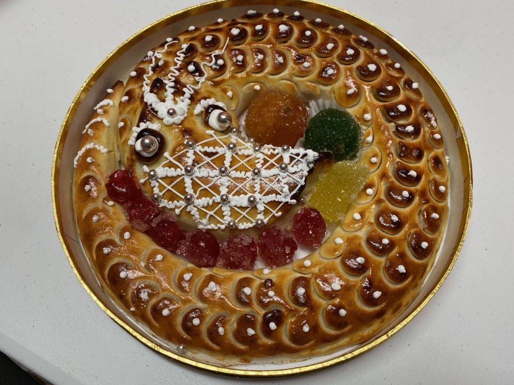 Anguila de mazapán enroscada lista para consumir en Navidad.