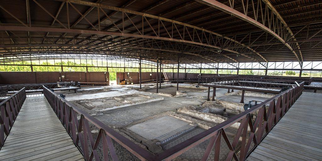 Villa de Materno en Carranque. Pasarela que nos permite visitar los mosaicos y la distribución de la villae.