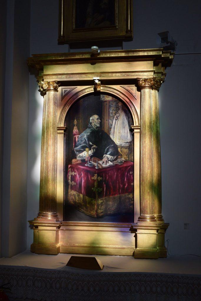 """Como curiosidad, la pintura de San Ildefonso del Greco en Illescas está ubicada para recibir al mediodía la luz de la vidriera situada a los pies del santuario, iluminando y multiplicando la belleza de la obra. Fuente Facebook de """"El Greco en Illescas""""."""