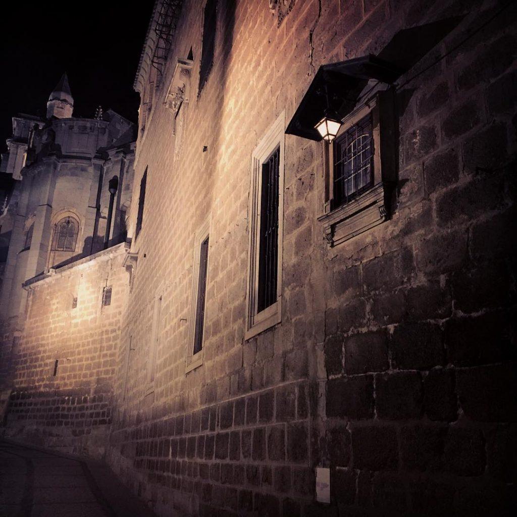Pequeña hornacina de la Virgen del Tiro en el exterior de la Catedral de Toledo