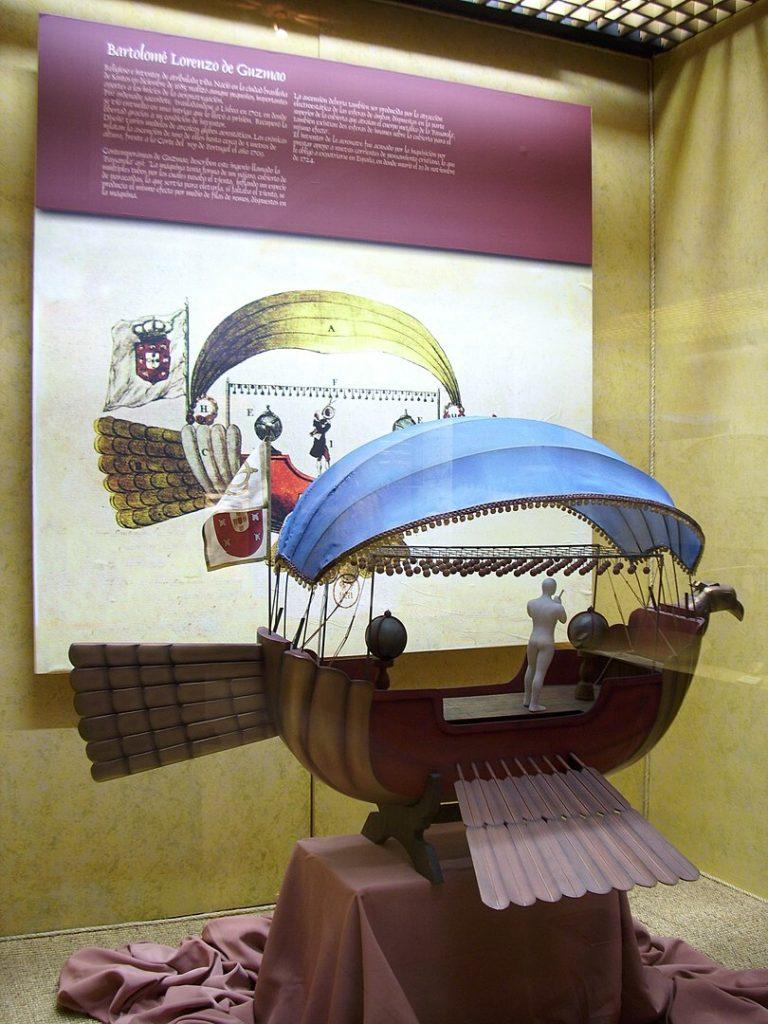 Un modelo a escala 1:10 de la Passarola, la primera aeronave de la historia en efectuar un vuelo (1709). Fue inventada por Bartolomeu Lourenço de Gusmão. Museo Nacional Aeronáutico y del Espacio. Cerrillos, Santiago de Chile.