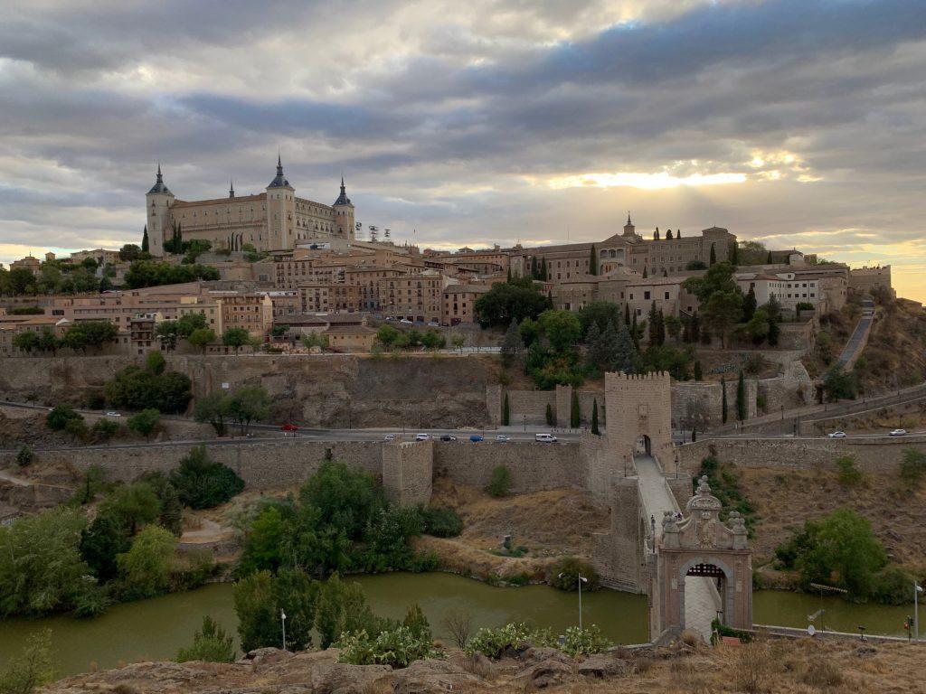 Panorámica de Toledo desde el Castillo de San Servando. En la zona observada estaría ubicado el Alficén, desde el Alcázar hasta el Miradero actual.