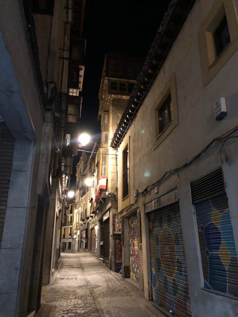 Calle Hombre de Palo, Toledo. Desierta por la noche.
