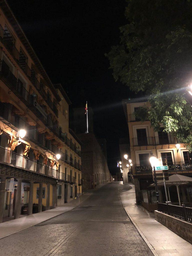 La subida al Alcázar de Toledo, por la calle Carlos V, desierta.