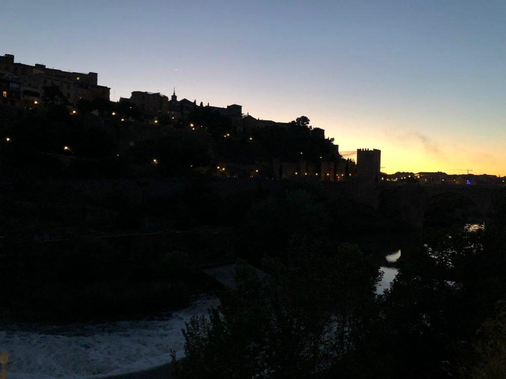 Se perfila Toledo durante el atardecer, con el torreón del Puente de Alcántara