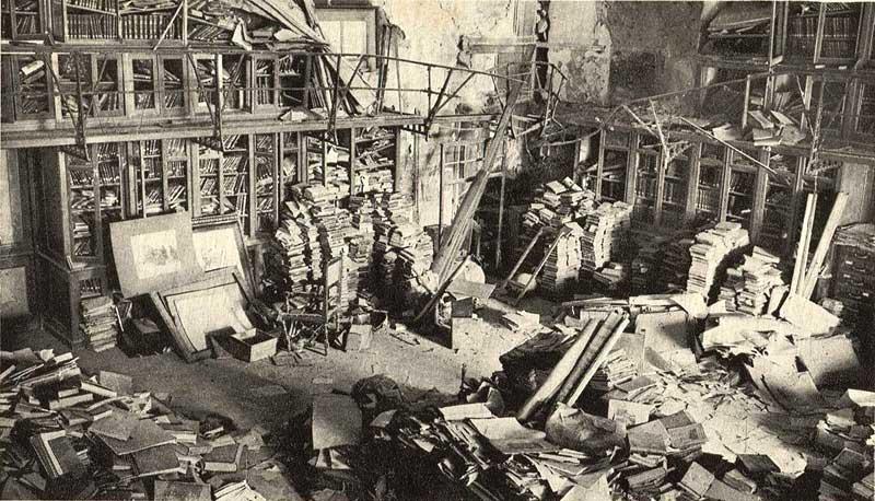 Estado de la Biblioteca del Alcázar tras el asedio, en el otoño de 1936 fotografiada por Rodríguez