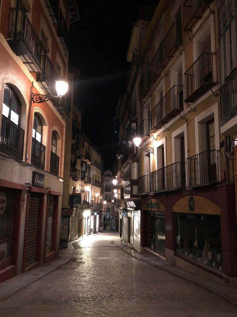 La Calle Comercio de Toledo. Es insólito ver desierta esta calle por la noche