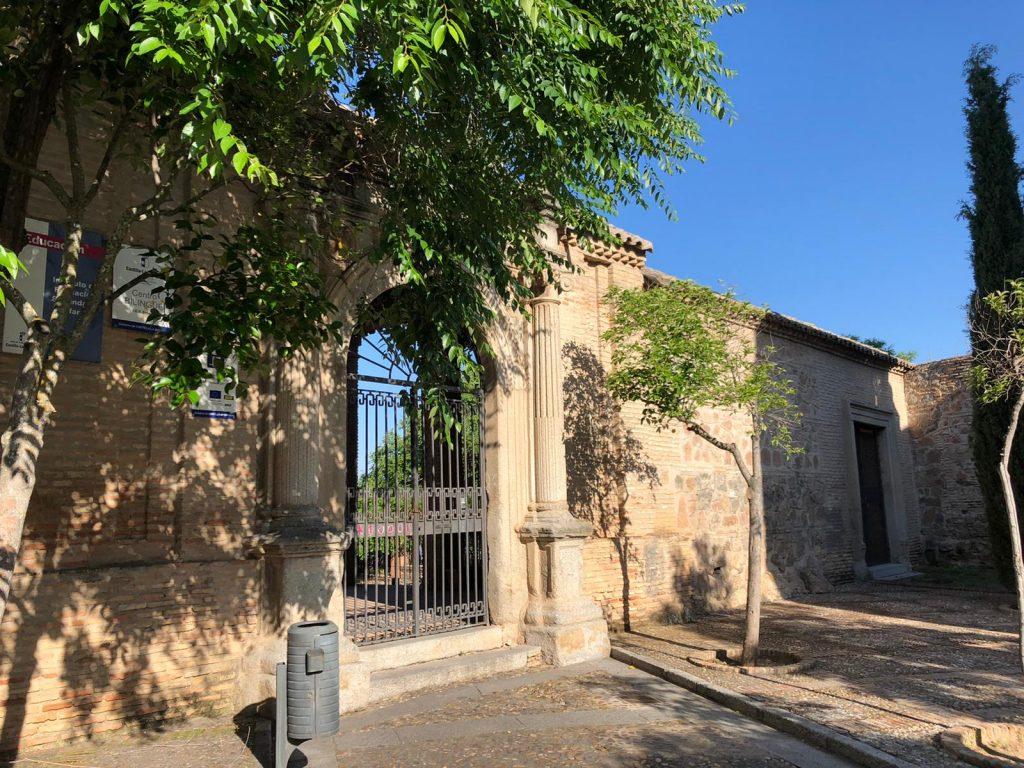 """Una de las portadas que aún se conservan del Convento de San Agustín, formando parte del Instituto de Educación Secundaria """"Sefarad"""". Foto: L.M."""