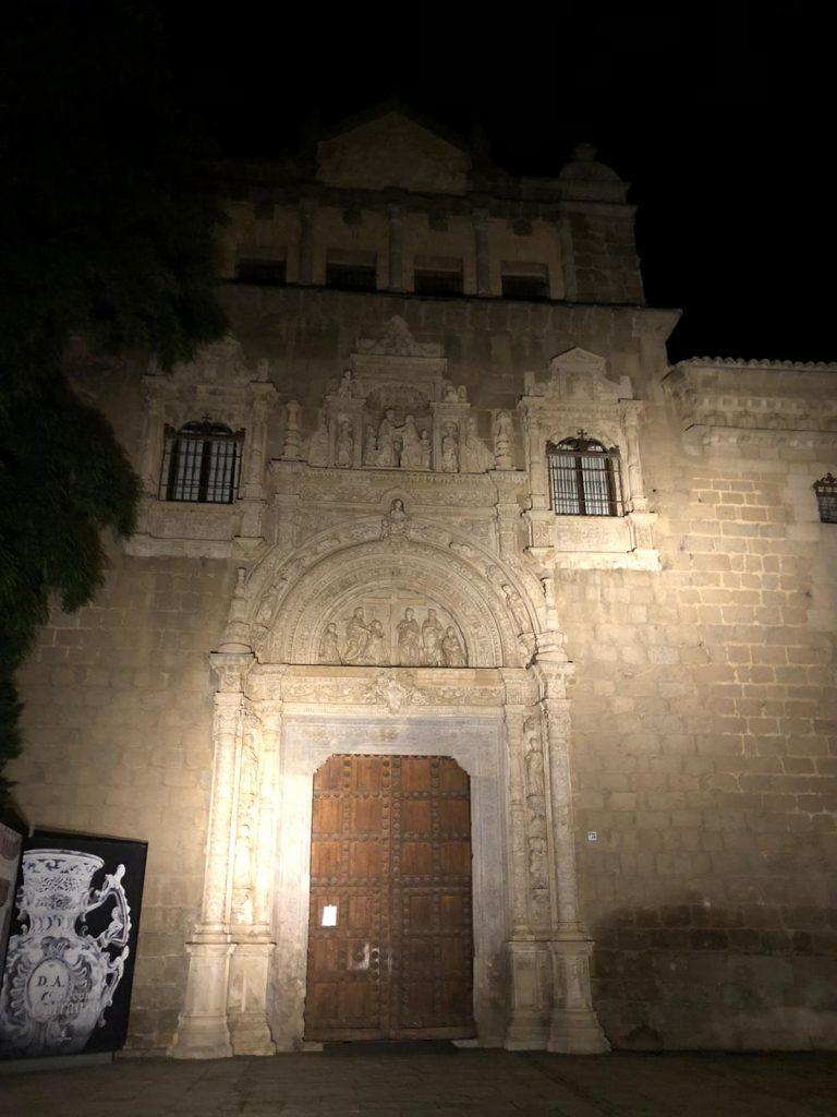 La portada del Museo de Santa Cruz, solitaria, durante la COVID-19