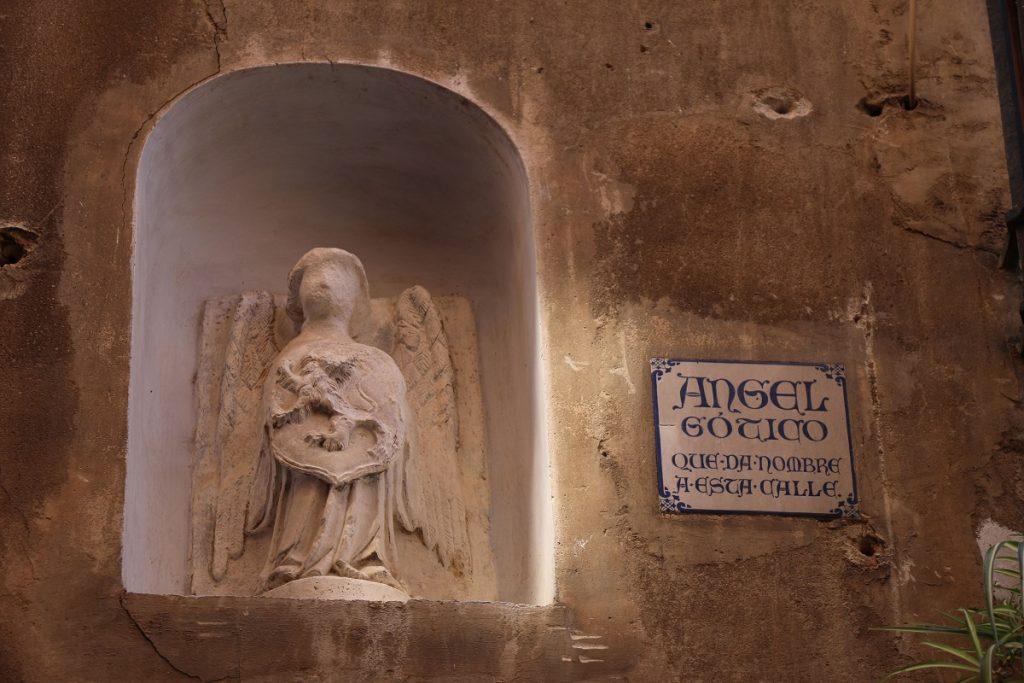 Estatuilla del Ángel gótico que da nombre a la calle.