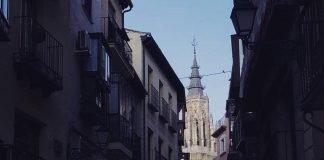 La torre de la Catedral desde la Calle Comercio en Toledo