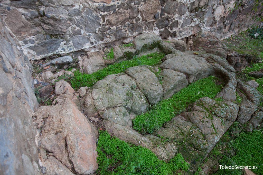 Algunas de las tumbas que aún se observan en el exterior del castillo de San Servando, pegadas a sus muros.